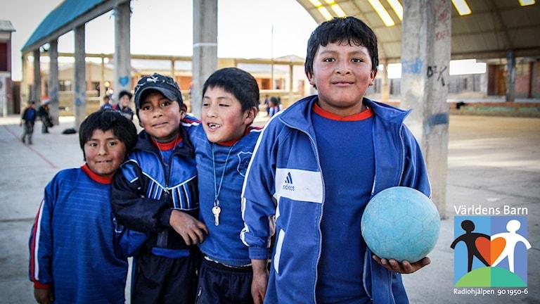 Världens barn i P4. Skolbarn i Bolivia ute på rast med fotboll.