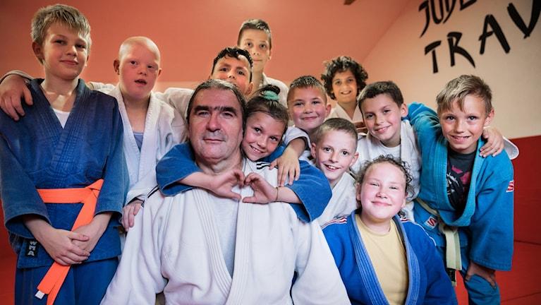 I en liten, sliten judolokal i det lilla samhället Travnik finns det mycket tid för skratt, lek och träning.