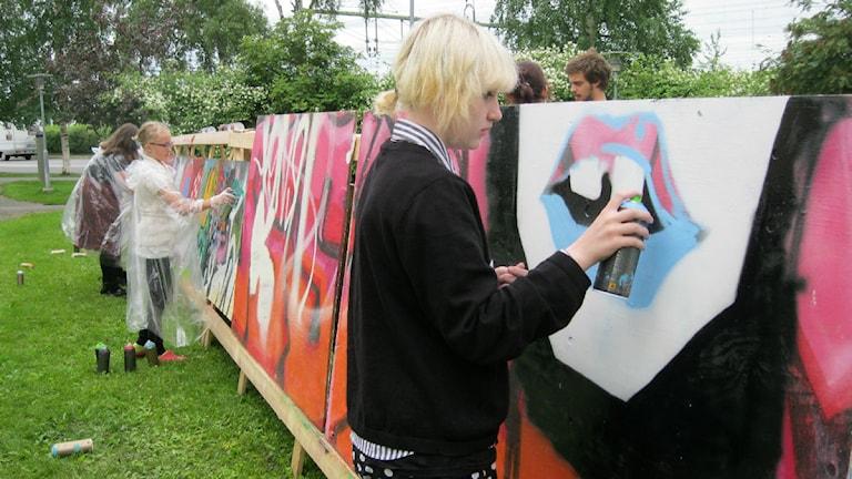 Hanna Modén var en av de tjejer som tog chansen att testa grafitti. Foto Ann-Louise Rönestål Ek/P4 Jämtland