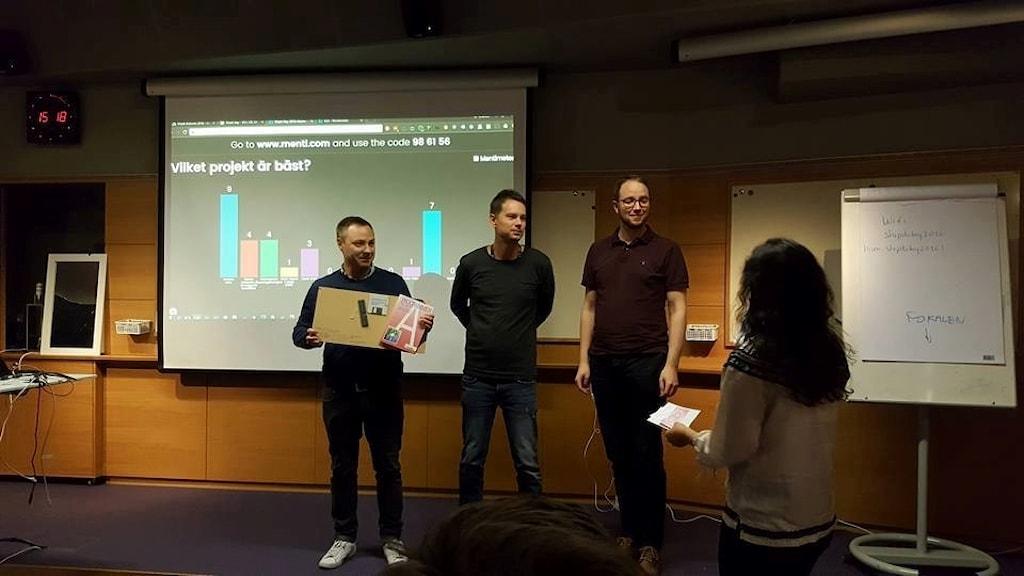 Magnus, Tobias och Jonas tar emot första priset i höstens ShipIt Day.