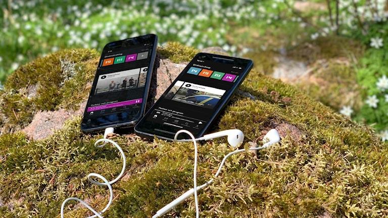 Mobiltelefoner och hörlurar i naturen, med Sveriges Radio Play på skärmen.