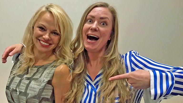 Pamela Anderson och Sara Kinberg på Comic Con 2017.