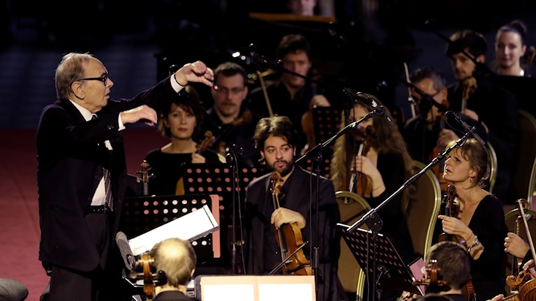 Ennio Morricone tillsammans med orkester