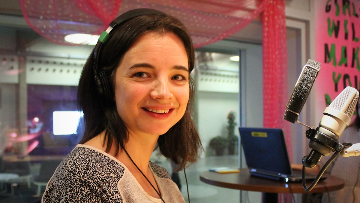 Louise Peterhoff i studion. Adam Lundgren är utanför bild, i Göteborg. Foto: Björn Berglund/SR