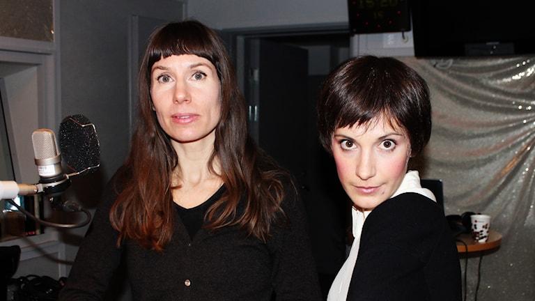 Mirja Unge och Nina Zanjani (i peruken från pjäsen). Foto: Björn Berglund/SR