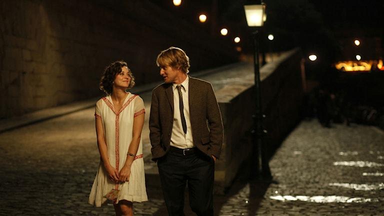 Kärlekspar promenerar längs med Seine - check! Foto: Sony Pictures