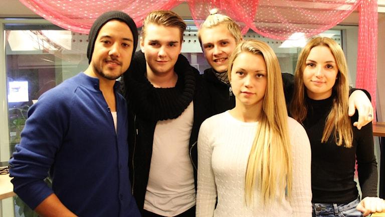 A-Teens-Amit Paul och Emil Henrohn, Alexander Beyer, Malin Enstedt och Matilda Lundberg i A-Base. Foto: Björn Berglund/SR