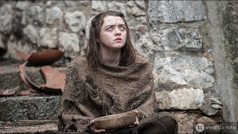 Aria Stark sitter på en trappa i Game of Thrones