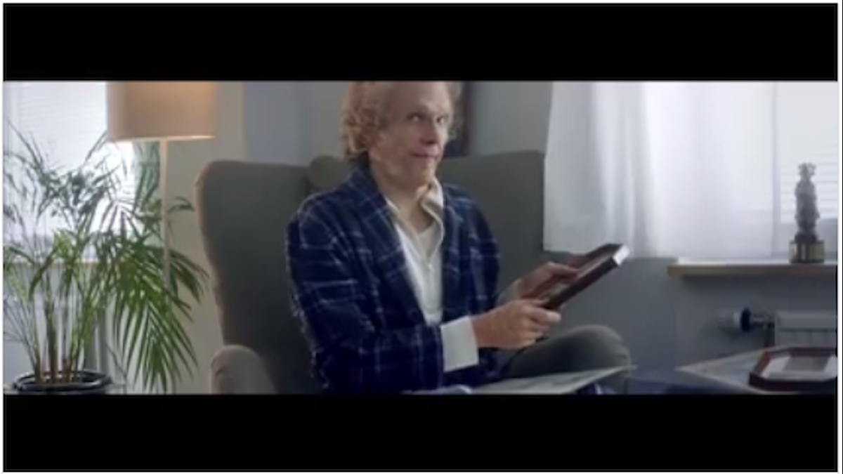 """Bild från Håkan Hellströms musikvideo """"Din tid kommer"""". Han sitter i en fotölj"""
