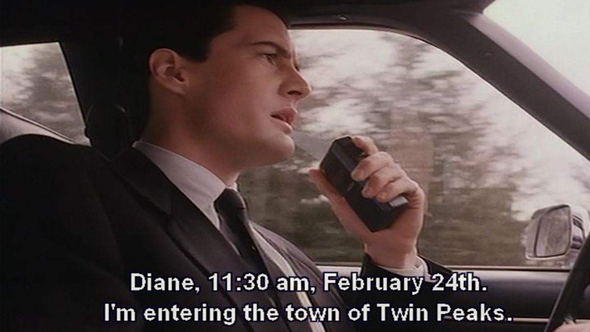 """Bild från serien där karaktären säger """"Diane, 11:30 am. February 24th I'm entering the town of Twin Peaks"""""""
