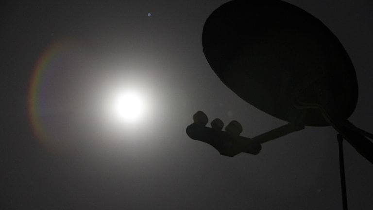 Bil dpå en satelit i motljus