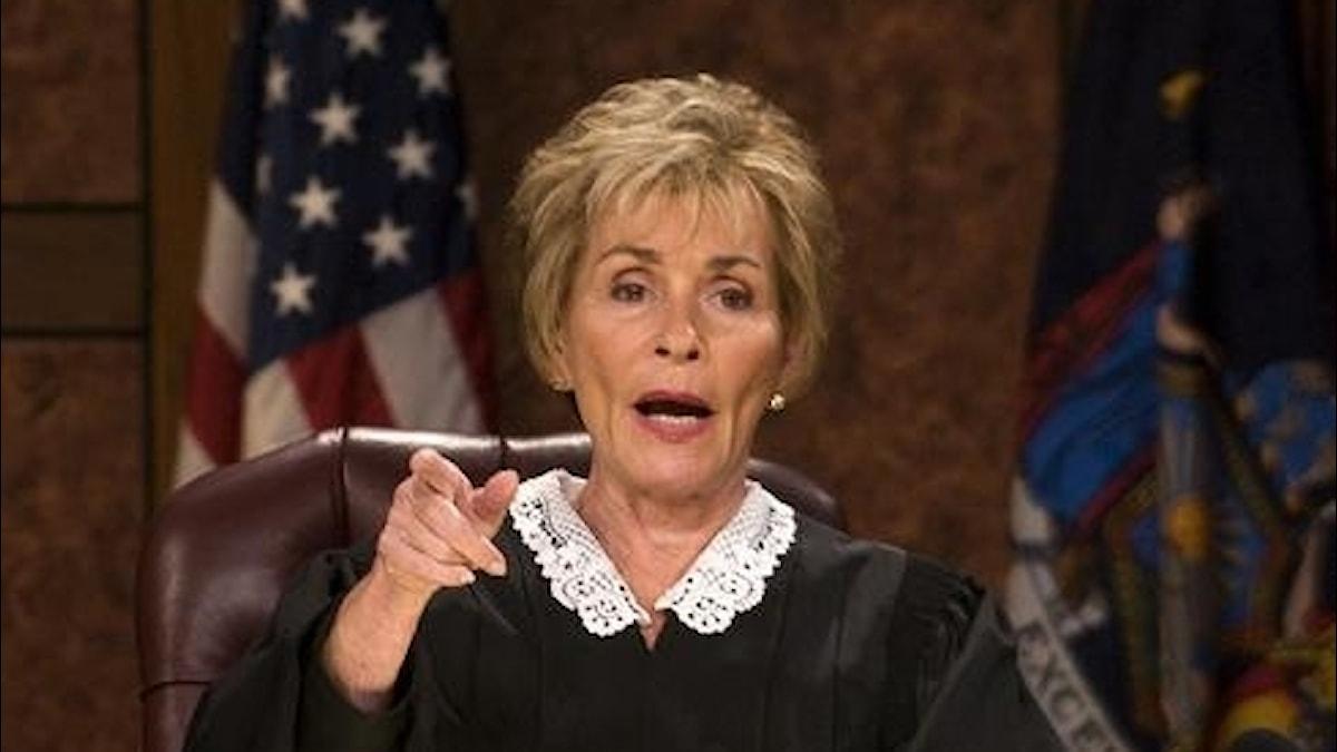 Bild på Judge Judy i rättssalen