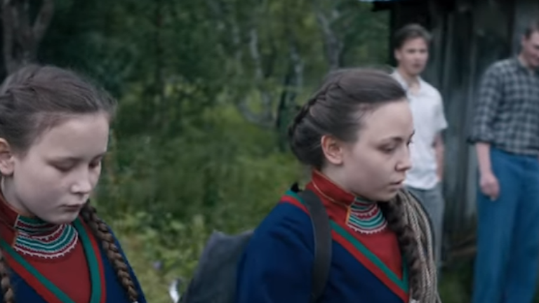 Bild från filmen Sameblod med de två systrarna och ett gäng killar