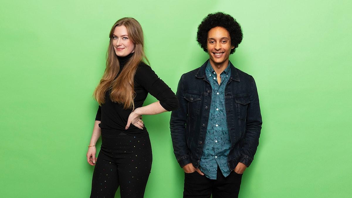 Sara och Viktor står framför en grön bakgrund och tittar in i kameran. De ser glada ut.
