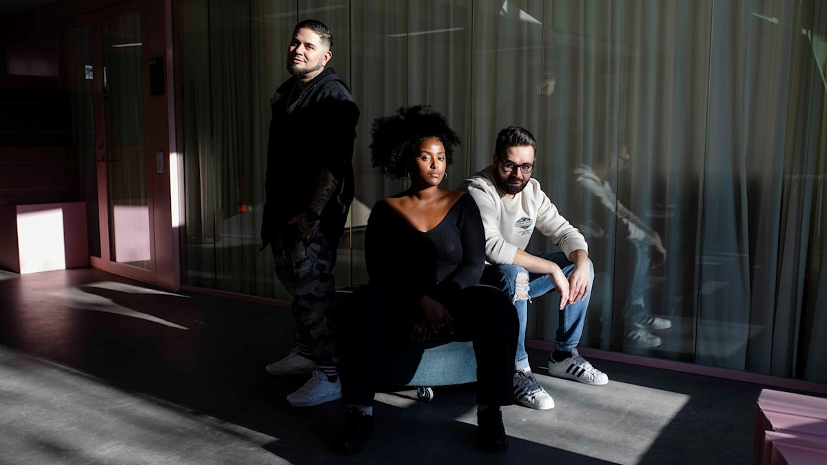 Bild på programledarna Juan Havana, Ayan Jamal och Johannes Cakar.