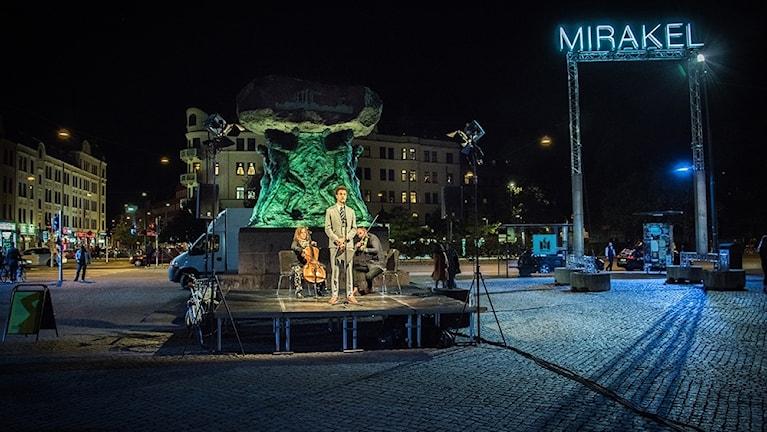 """Santiago Mostyn framför sitt verk """"The Repetition""""."""