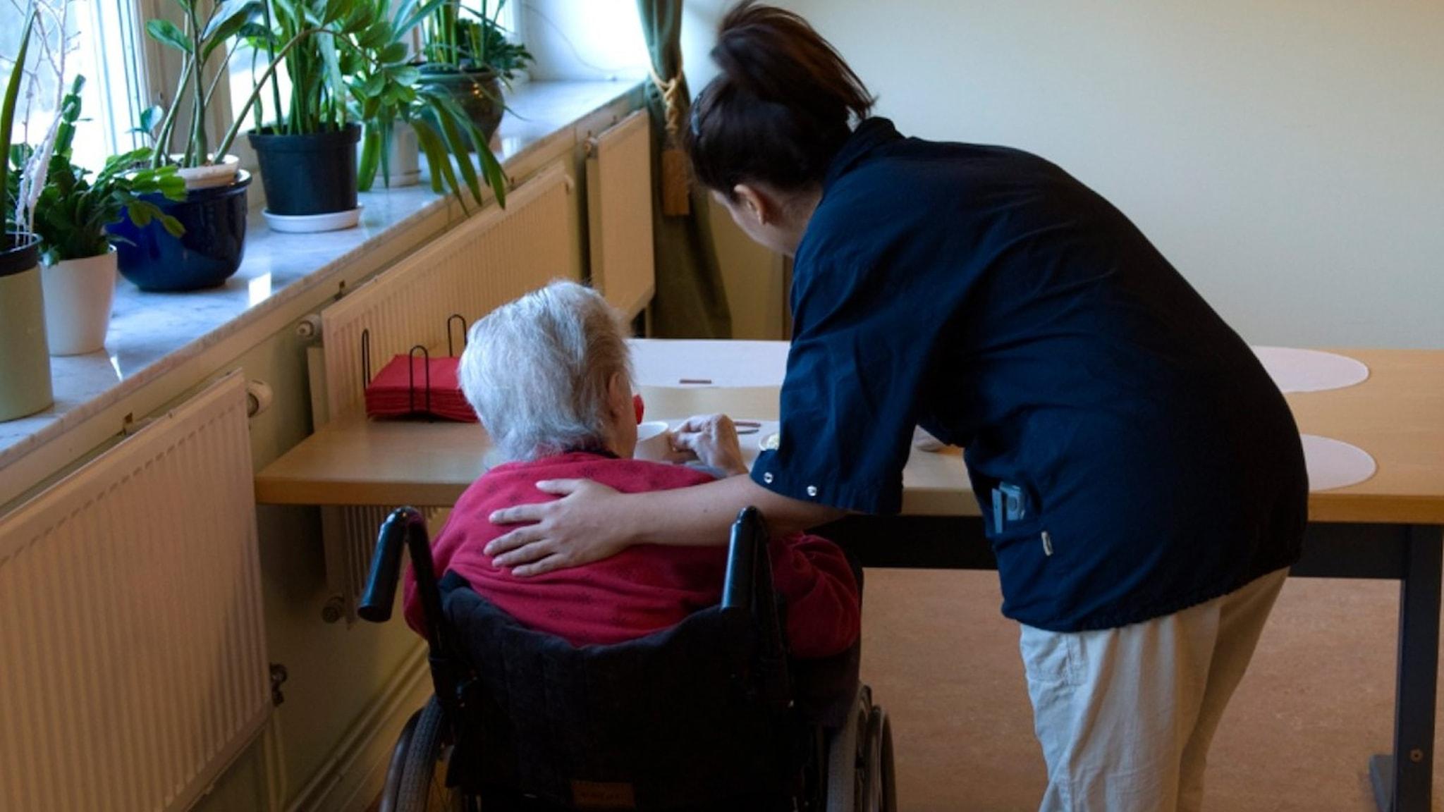 Undersköterska hjälper en äldre person. Arkivfoto: Henrik Montgomery/TT