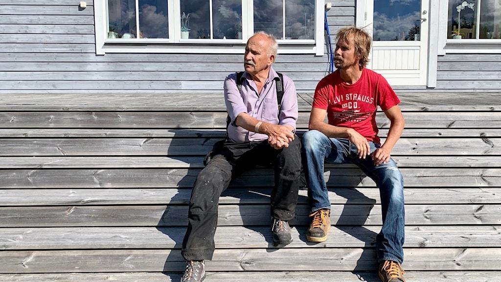 Karl-Axel och Henrik Adelman utanför sin sommarstuga i Rickul i de estlandssvenska bygderna.