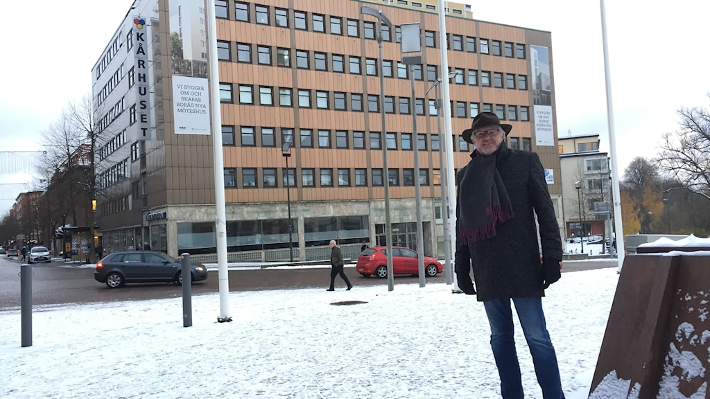 Liberalernas kommunalråd i Borås, Morgan Hjalmarsson framför byggnaden som han hoppas ska bli det ett kongresshus.