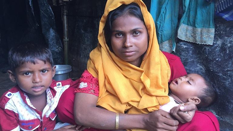 Mamma och två barn i flyktingläger i Bangladesh.
