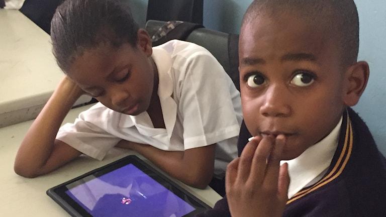 Två elever i Albert Street school i Johannesburg