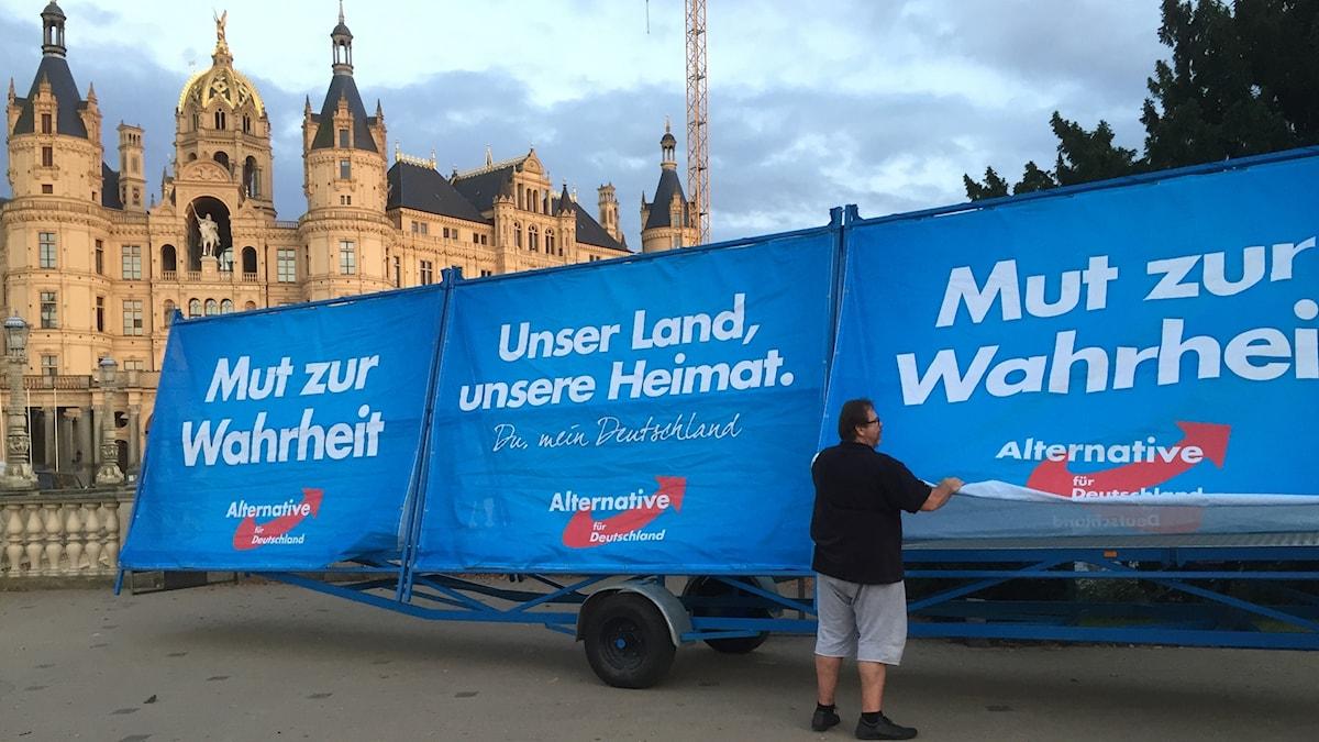 Framför staden Schwerins praktfulla slott pågår valkampanjen för fullt.