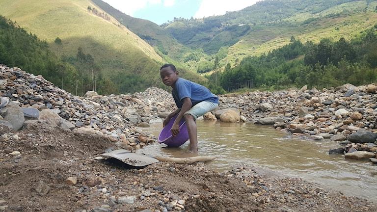 Byamungu är 11 år gammal och vaskar guld.