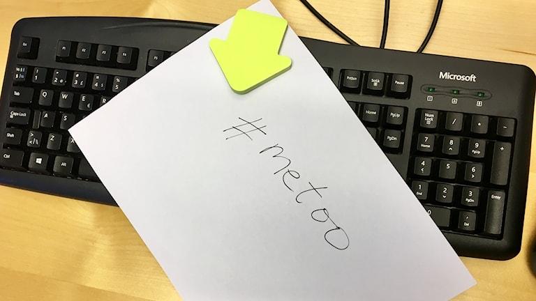 ett vitt papper där det står #metoo på ett tangentbord