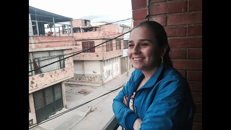 Lorena Murcia på sin lilla balkong i södra Bogotá. Hon gick med i FARC-gerillan som 10-åring. Idag är hon 23 år och utbildad revisor, men vill helst arbeta med att hjälpa andra. Foto: Lotten Collin/SR