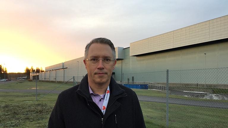 Patrik Öhlund från Vattenfall framför Facebooks serverhall i Luleå.
