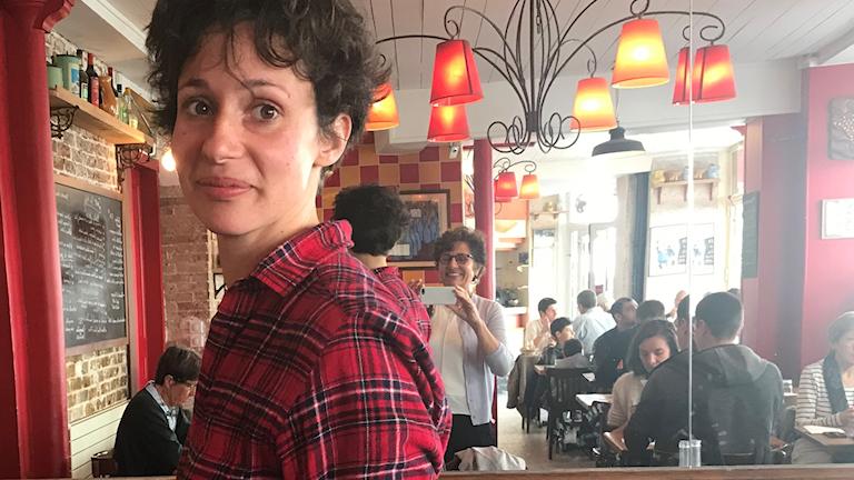 Författaren Alice Zeniter på ett café.