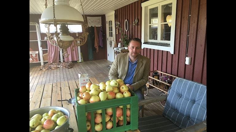SD:s gruppledare Mattias Karlsson på sin gård i Älmeshult.