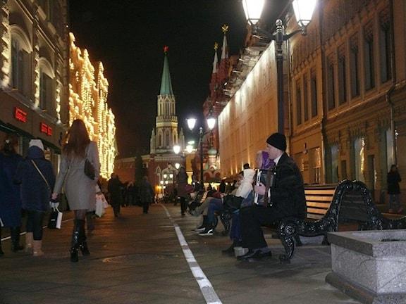Nikolskajagatan leder fram mot Kreml och Röda torget och det anrika varuhuset GUM där de flesta mest fönstershoppar när ekonomin går sämre. Foto: Maria Persson Löfgren/SR
