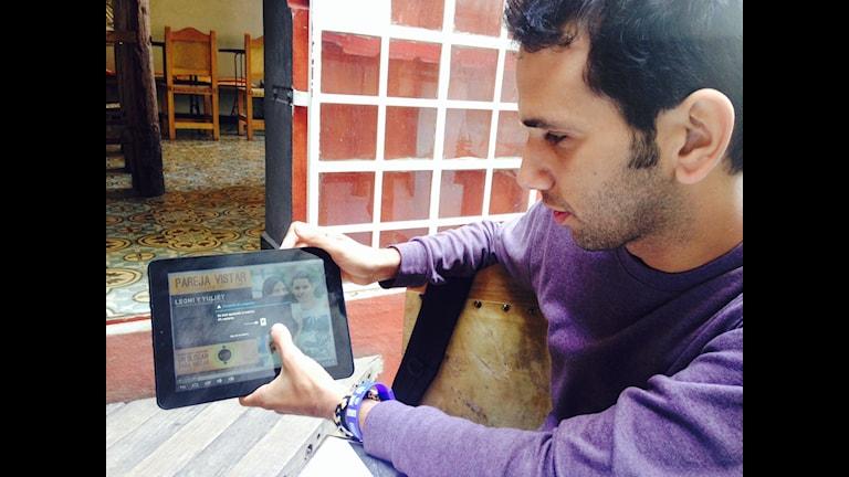 """Ariel arbetar för Kubas första skvallertidning. Den sprids genom """"Paketet"""" - Kubas underjordiska nätverk som blivit populärt i brist på Internet."""