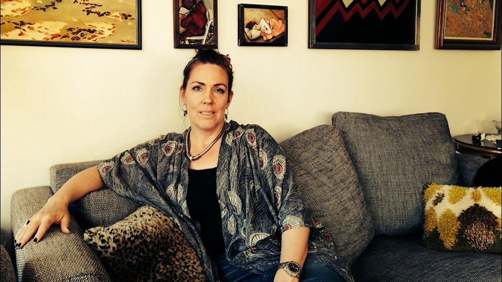 Jenny Westerstrand halvbild i soffa.