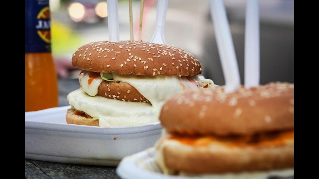 Hamburgare, laddad med kalorier och politik