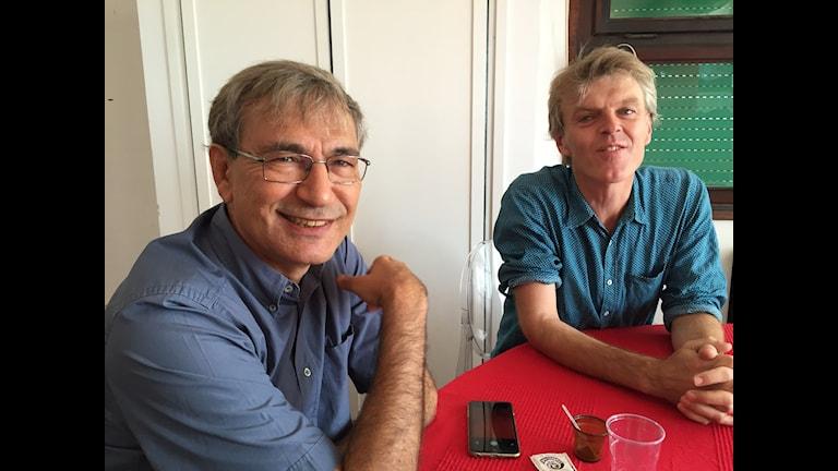 Författaren Orhan Pamuk och regissören Grant Gee. Foto:Lisa Bergström/SR