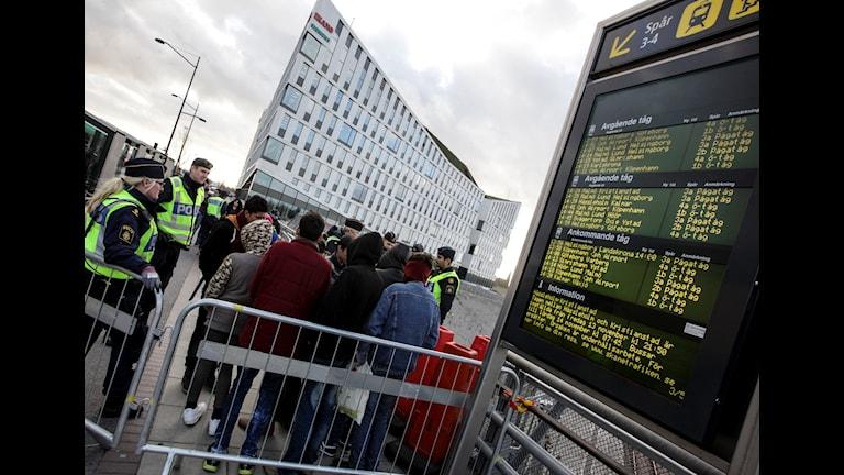 Flyktingar som kommer till Malmö möts av polis. Foto: TT