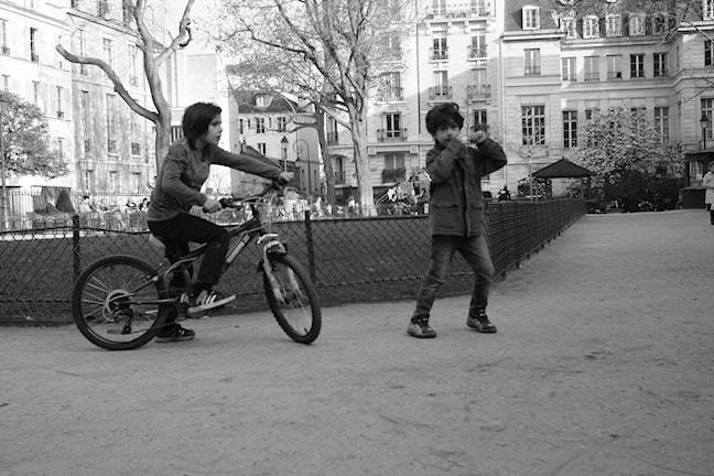 Pojkar leker i en park i Paris