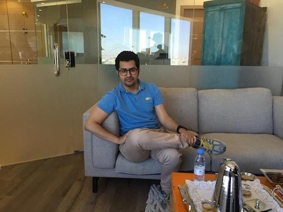 30-årige Malik Nejer,  kung på sociala medier - med 650 000 följare på twitter och över en miljon på youtube där han lägger ut satir i form av tecknade filmer - men också betald reklam, för t.ex. Sverige!
