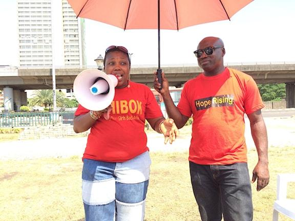 Niyi Onabanjo och Habiba Balogun representerar nätverket Bring back your girls i Lagos. Foto: Margareta Svensson/ Sveriges Radio.