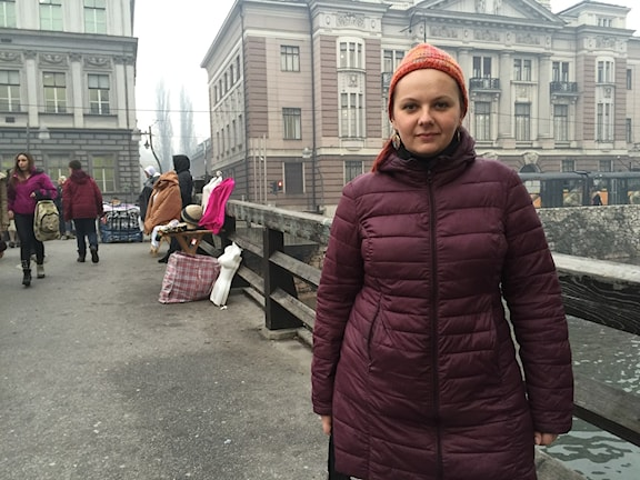Journalisten Elvira Jukic efterfrågar en statlig strategi över krigsminnesmärken. Foto: Johanna Melén /Sveriges Radio