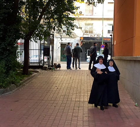 På väg till vallokalen som nyss öppnat. Foto: Beatrice Janzon/SR