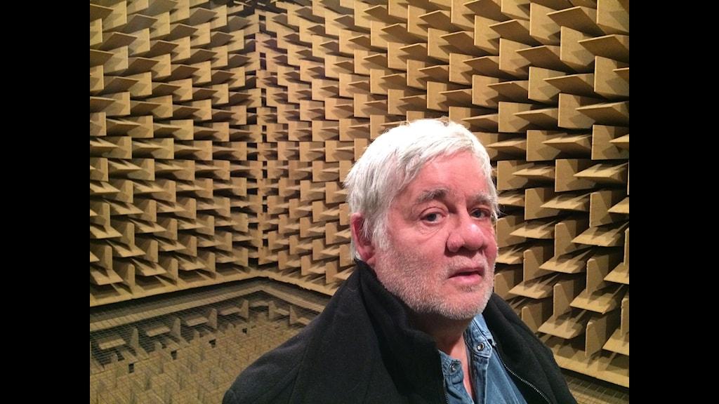 Carl Johan De Geer befriad från eko i det tysta rummet på Sveriges Radio. Foto: Anders Diamant/SR