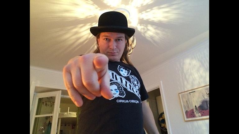 Jesper Nikolajeff, knivkastare på Cirkus Cirkör, vill gärna ha hjälp av dig på scenen...Foto: Anders Diamant/SR