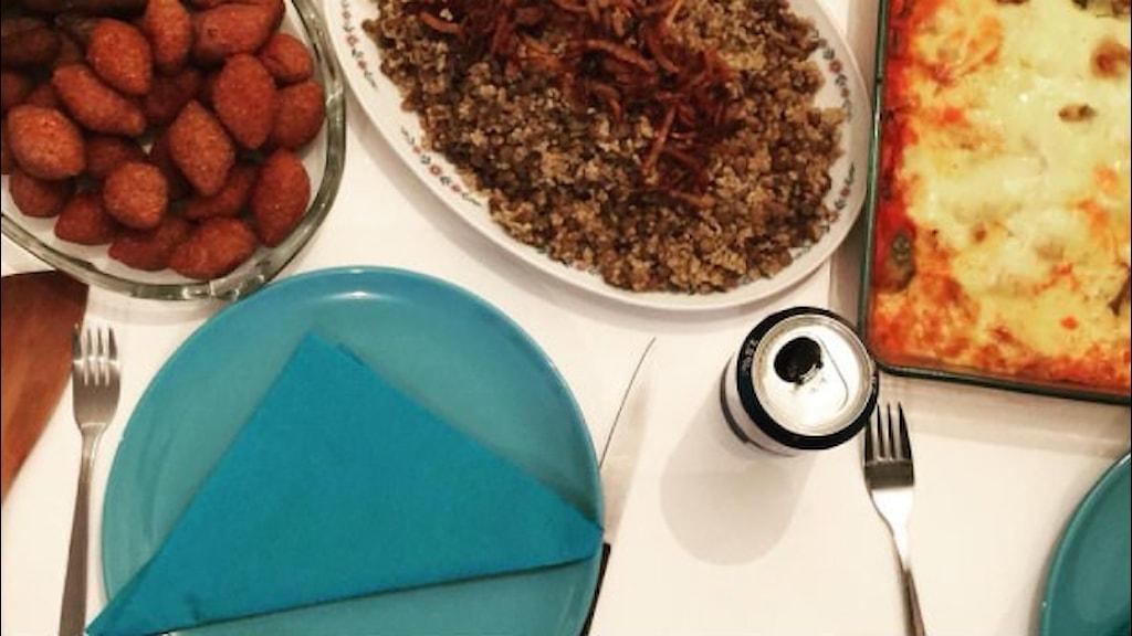Tallrikar och mat uppdukat för en middag på inviationsdepartementet. Foto: Invitationsdepartementet
