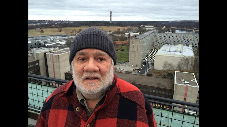 Carl Johan De Geer står på taket bredvid Radiohuset