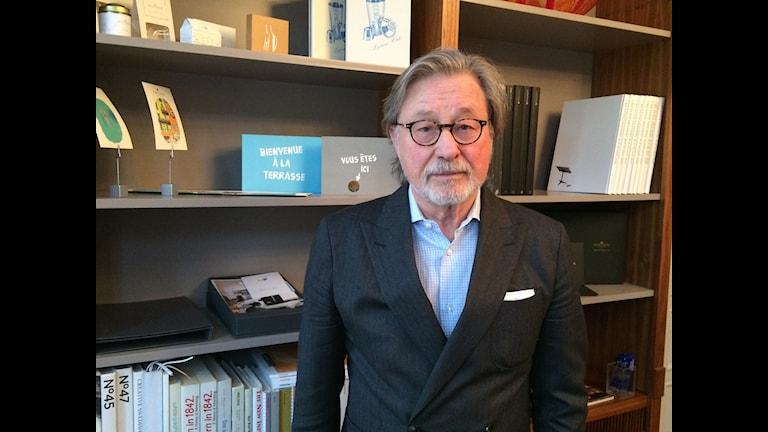 Björn Rosengren, Priority Group och tidigare socialdemokratisk minister framför en bokhylla.