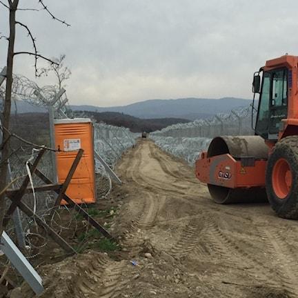 Stängsel byggs längs den makedonska gränsen.