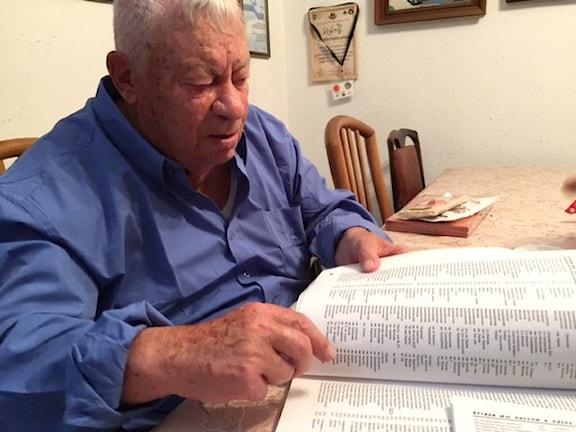 95-årige Ruben Bodovnitj tittar på listan med partisaner.